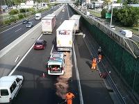 Nehoda kamiónov na D1 v Bratislave.