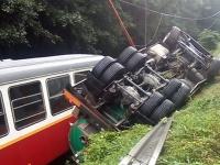 Po šmyku sa kamión prevrátil na vagóny detskej železnice.