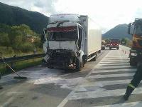 Dopravná nehoda nákladného motorového vozidla a kamiónu s návesom