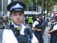 Neznámy páchateľ porezal v centre Londýna na tvári muža