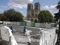 Pracovníci  začali dekontaminovať širšie okolie katedrály aplikovaním špeciálneho gélu, ktorý by mal  absorbovať zvyšky častíc olova.