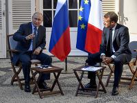 Francúzsky prezident Emmanuel Macron (vpravo) na stretnutí s ruským prezidentom Vladimirom Putinom.