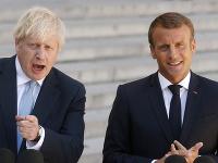 Na snímke zľava britský premiér Boris Johnson a francúzsky prezident Emmanuel Macron počas vyhlásenia pre médiá v Elyzejskom paláci v Príži