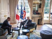 Na snímke britský premiér Boris Johnson (vpravo) a francúzsky prezident Emmanuel Macron počas stretnutia v Elyzejskom paláci v Paríži