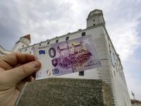 Predaj nulovej eurobankovky na Bratislavskom hrade vyvolal veľký záujem.
