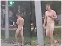 Nahý muž na Račianskej ulici v Bratislave.