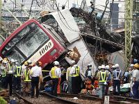 V Jokohame sa zrazil vlak s nákladiakom