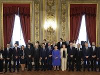 Na snímke ministri novej talianskej vlády pózujú pre skupinovú fotografiu