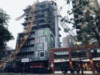 V kanadskom meste Halifax prevrátil víchor stavebný žeriav na rozostavanú budovu.