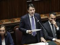 Taliansky premiér Giuseppe Conte (uprostred) reční pred hlasovaním o vyslovení dôvery jeho novej vláde v dolnej komore talianskeho parlamentu v Ríme