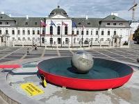 Aktivisti pred prezidentský palác nainštalovali panvicu.