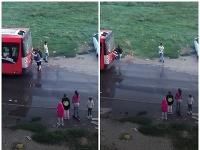 Deti sa vešajú na zadnú časť vozidla MHD.