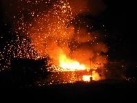 Opakované výbuchy na Cypre spôsobil požiar muničného skladu.