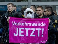 Demonštranti blokovali vstup na automobilový veľtrh vo Frankfurte.