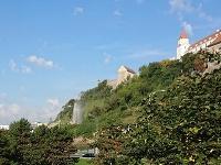 Na stavbe pod hradom došlo pravdepodobne k poškodeniu potrubia.
