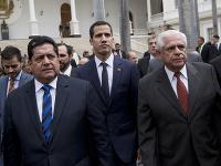 Na archívnej snímke z 5. januára 2019 Edgar Zambran (vľavo) v Caracase.