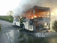 Hasiči zasahovali pri požiari autobusu v obci Jakubovany