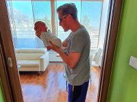 Matej Sajfa Cifra sa na Instagrame pochválil fotkou novorodenej dcérky Sáry.