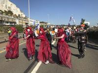 Environmentálni aktivisti narušili dopravu v okolí prístavu Dover