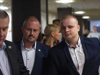 Uprostred predseda ĽSNS Marian Kotleba, vedľa neho Milan Mazurek