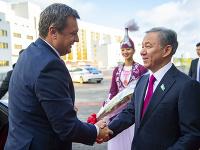 Na snímke vľavo predseda NR SR Andrej Danko a vpravo predseda Mažilisu - dolnej komory kazašského parlamentu Nurlan Nigmatulin