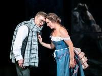 Michaela Várady ako Violetta a Maksym Kutsenko ako Alfredo v novej inscenácii Verdiho La Traviaty v Štátnom divadle Košice.