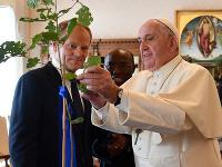 Pápež František a predseda Európskej rady Donald Tusk si vymieňajú dary počas audiencie vo Vatikáne