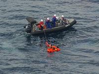 Na snímke záchrana rybárov po zrážke severokórejského rybárskeho plavidla s japonským člnom pri severnom pobreží Japonska, v lokalite približne 350 kilometrov severozápadne od polostrova Noto