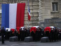 Policajti nesú rakvy troch policajtov a administratívnej pracovníčky, ktorých vo štvrtok 3. októbra dobodal na smrť ich kolega