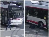 Chlapca zrazil trolejbus.