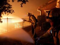 Úrady nariadili evakuáciu 100.000 ľudí ohrozených požiarom.