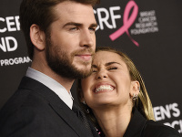 Miley Cyrus a Liam Hemsworth sa rozvádzajú.