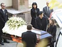 Rodina dala Karlovi Gottovi posledné zbohom na dvore pražského krematória.