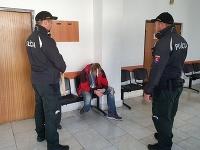 Dvaja recidivisti okradli 88-ročnú starenku z Trenčína