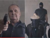 Jožo Ráž v novom klipe mieri zbraňou na novinára s vrecom na hlave po vzore Islamského štátu.