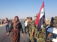Miestni obyvatelia vítali sýrskych vládnych vojakov v meste Tal Tamr.