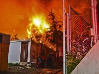 Požiar si vynútil evakuáciu preplneného utečeneckého tábora na Samose