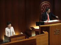 Správkyňa Hongkongu Carrie Lamová musela v stredu predčasne ukončiť svoj výročný prejav o stave krajiny