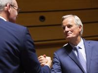 Hlavný vyjednávač EÚ Michel Barnier (vpravo) a minister zahraničných vecí Írska Simon Coveney