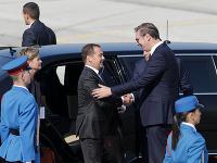 Srbský prezident Aleksandar Vucic a ruský premiér Dmitrij Medvedev