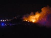 Takmer 30 hasičov zasahuje pri požiari skládky v Trnave