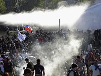 Obyvatelia Čile sa búria.