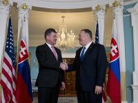 Na snímke sprava šéf americkej diplomacie Mike Pompeo víta podaním ruky slovenského ministra zahraničných vecí a európskych záležitostí Miroslava Lajčáka