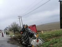 Pri dopravnej nehode cisterna prevážala nebezpečnú látku.