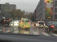 Dopravu v hlavnom meste komplikuje dážď.