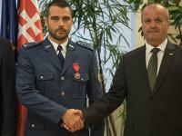 Minister obrany Peter Gajdoš ocenil vojaka za záchranu života.