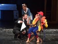 Marek Geišberg ako Henry Higgins, Tatiana Poláková ako Eliza Doolittlová aHenrieta Kecerová ako Pani Pearceová vnovej inscenácii slávnej hry Pygmalion vŠtátnom divadle Košice
