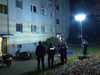 Na snímke policajti stoja pred bytovkou, kde našli mŕtvolu