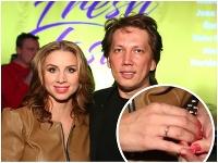 Peter Cmorik prvýkrát po svadbe priviedol do spoločnosti manželku Danielu. Tá ukázala zásnubný prsteň.