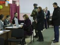 Bieloruskí voliči dostávajú hlasovacie lístky počas hlasovania v parlamentných voľbách vo volebnej miestnosti v Minsku